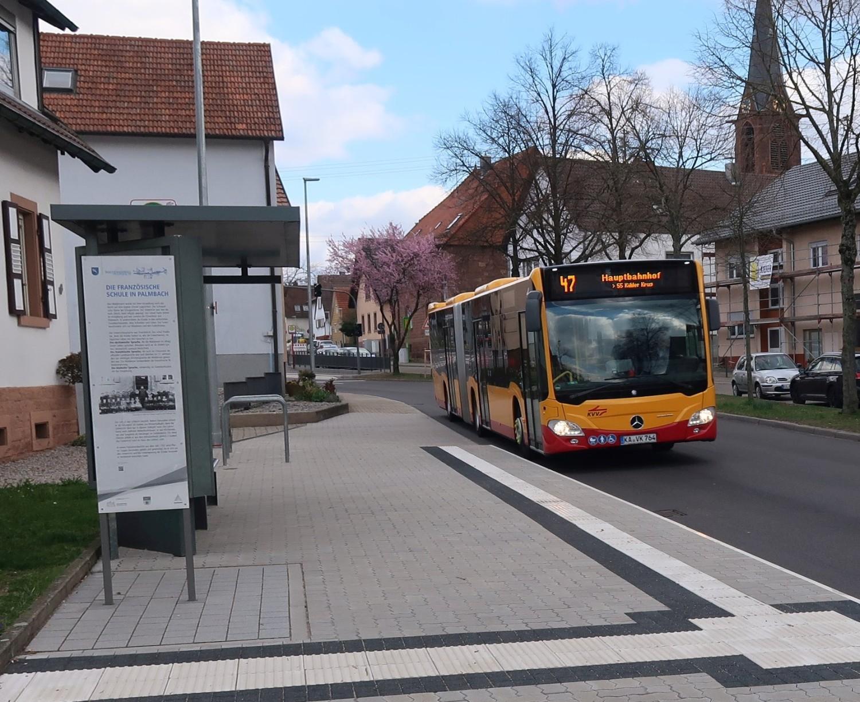 Bus 47 an der Haltestelle Palmbach-Kirche in Richtung Hauptbahnhof